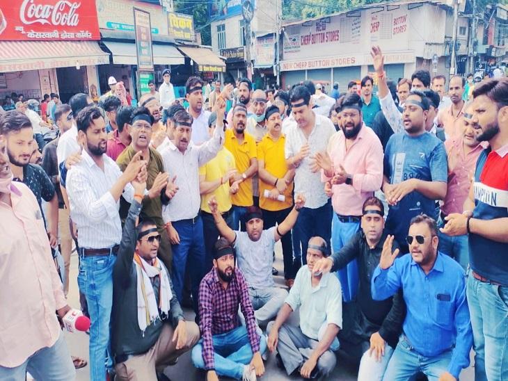 कानपुर प्रेस क्लब ने किया विरोध प्रदर्शन, काली पट्टी बांधकर और मानव श्रृंखला बनाकर केंद्र व प्रदेश सरकार के खिलाफ नारेबाजी की|कानपुर,Kanpur - Dainik Bhaskar