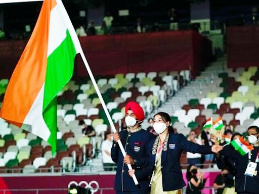 ओपनिंग सेरेमनी के दौरान तिरंगा थामे भारतीय हॉकी टीम के कप्तान मनप्रीत सिंह और बॉक्सर एमसी मेरीकॉम।