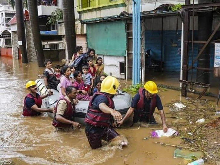 महाड़ में बाढ़ में फंसे लोगों को रेस्क्यू करते NDRF के लोग।