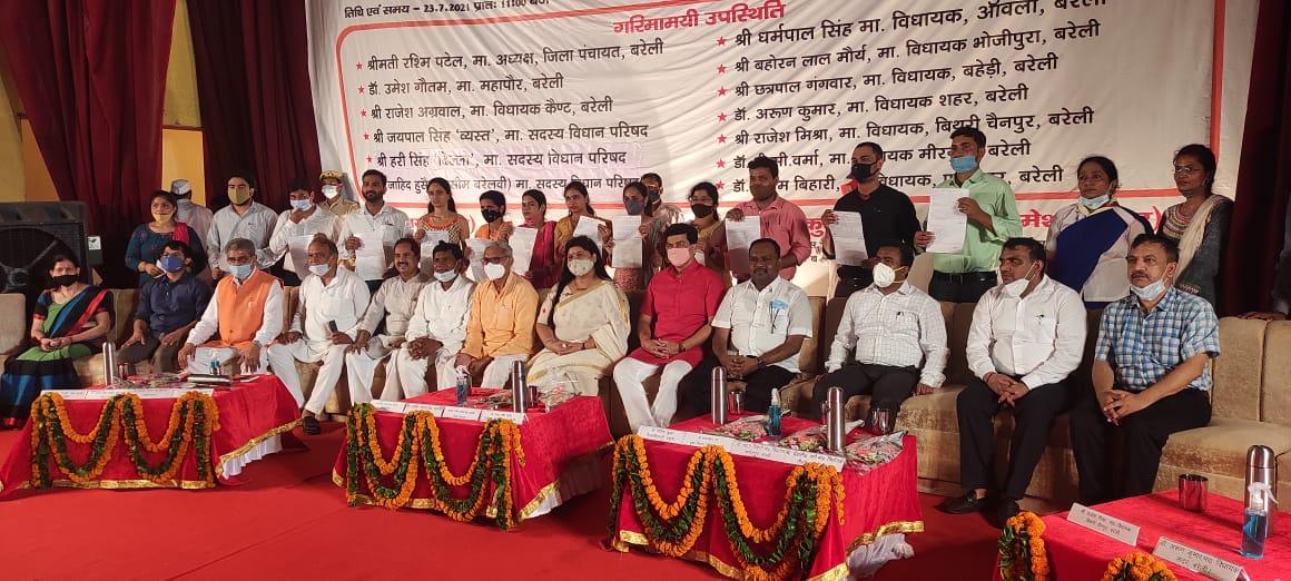 तीसरे चरण के नियुक्ति पत्र बंटे, नियुक्ति पत्र लेकर नव नियुक्त शिक्षकों के खिले चेहरे; जिले के 110 अभ्यर्थियों का हुआ था चयन बरेली,Bareilly - Dainik Bhaskar