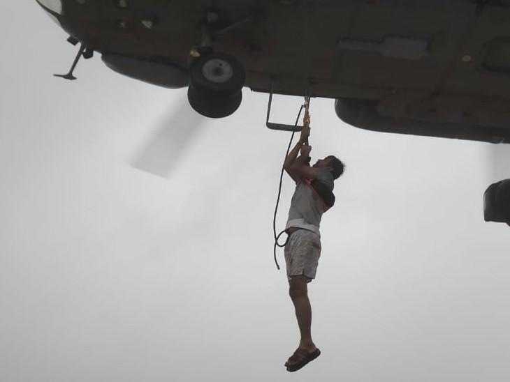 एयरफोर्स के Mi-17 हेलीकॉप्टरों की मदद से खेड़ और चिपलून तालुका में लोगों का रेस्क्यू किया जा रहा है।