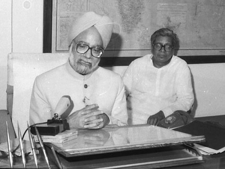 बजट पेश करने के बाद मीडिया से चर्चा करते मनमोहन सिंह। अपनी चुप्पी के लिए प्रसिद्ध मनमोहन सिंह ने इस बजट के दौरान करीब 18,650 शब्द बोले थे। बजट पेश करते हुए किसी वित्त मंत्री द्वारा बोले गए ये सबसे ज्यादा शब्द हैं।