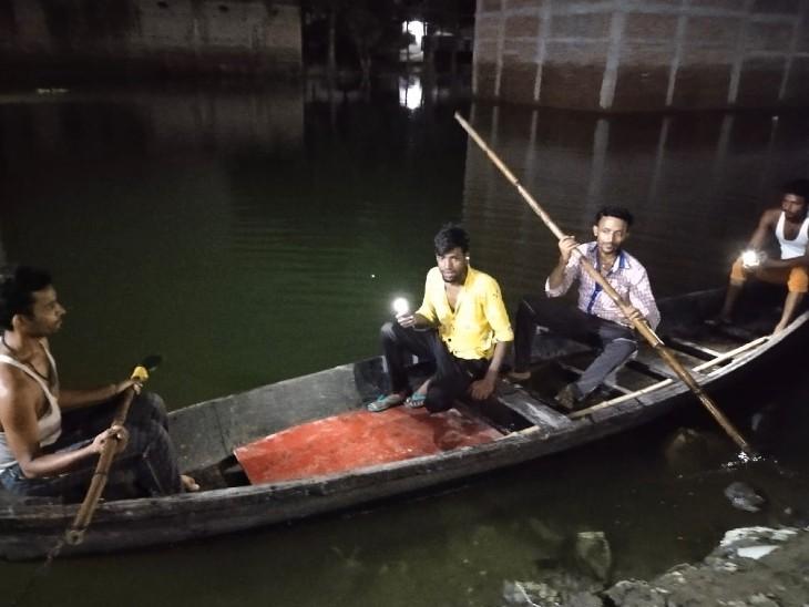 मुजफ्फरपुर में बाढ़ का पानी भरा तो घर छोड़कर चले गए परिवार, चोरी होने लगी तो नाव के जरिए कर रहे रखवाली बिहार,Bihar - Dainik Bhaskar