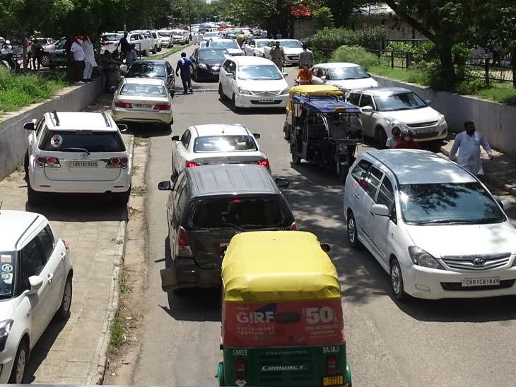 चंडीगढ़ में पंजाब कांग्रेस प्रधान की ताजपोशी के दौरान सेक्टर-15 के आसपास के इलाकों में दो घंटे जाम रही सड़कें, पीजीआई को जानेवाली मुख्य सड़क बंद रही|चंडीगढ़,Chandigarh - Dainik Bhaskar