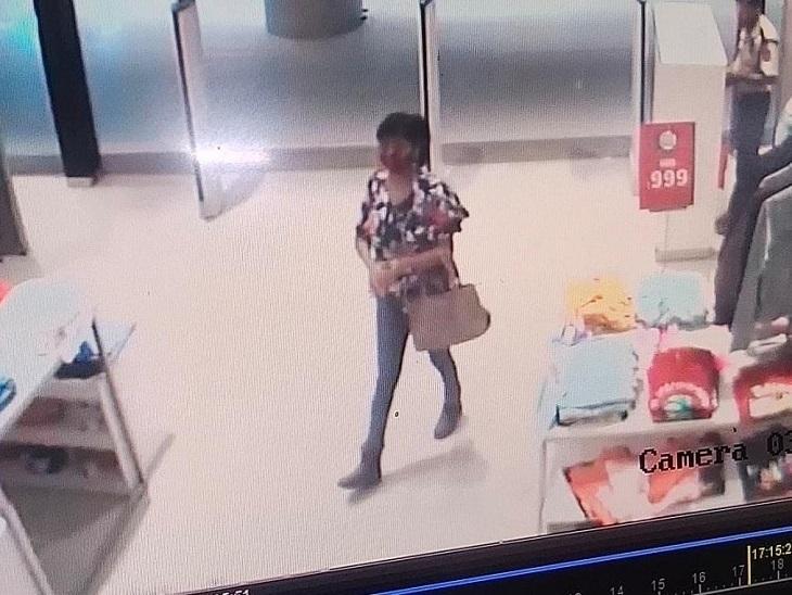 मॉल में गई घूम रही युवती ने किया चोरी, एक लाख रुपए से ज्यादा बताई जा रही कीमत; CCTV में कैद हुई वारदात रायपुर,Raipur - Dainik Bhaskar
