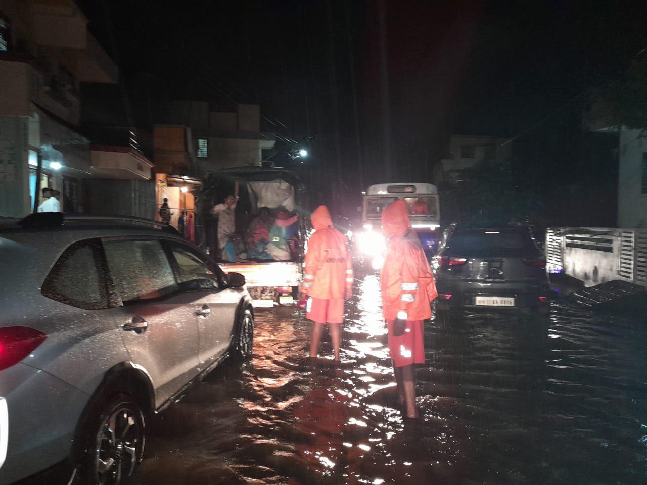 रायगढ़ में पूरी रात NDRF के लोग रेस्क्यू ऑपरेशन में जुटे रहे।