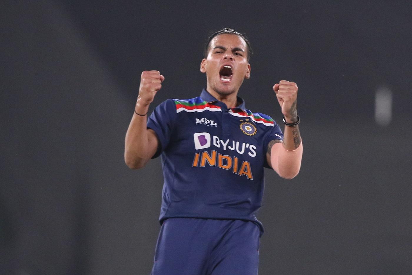 राहुल चाहर ने अपने पहले वन-डे में 3 विकेट झटके। उन्होंने श्रीलंकाई कप्तान दासुन शनाका, अविष्का फर्नांडो और करुणारत्ने को आउट किया।