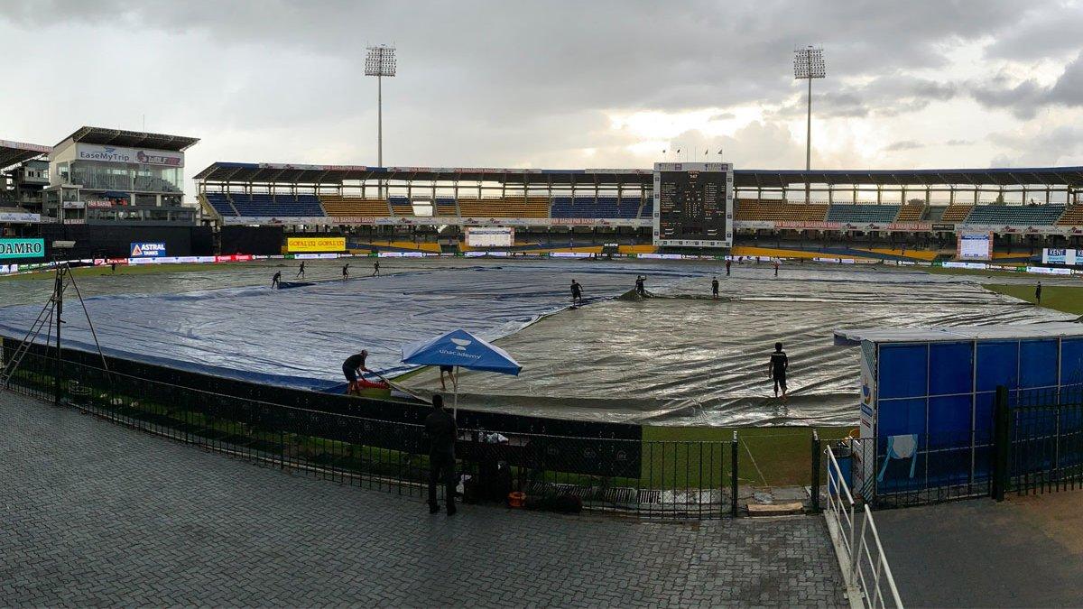 बारिश की वजह से करीब डेढ़ घंटे का खेल खराब हुआ। बारिश रुकने के बाद मैदान से कवर हटाते ग्राउंड्समेन। अंपायर्स ने दोनों पारी से 3-3 ओवर काटे और 47 ओवर का मैच हुआ।