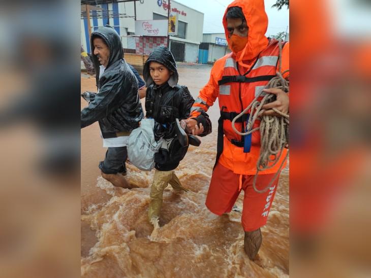 चिपलून में आई बाढ़ के बाद कई बच्चे अपने परिवार से बिछड़ गए हैं।