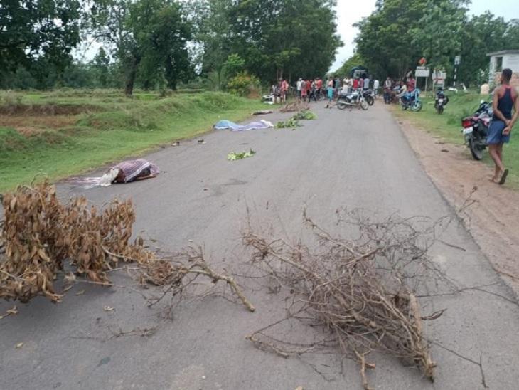 मॉर्निंग वॉक पर निकले थे सभी छात्र, गुस्साए ग्रामीणों ने सड़क जाम की; रास्ता बंद देख बस ने रिवर्स लिया तो कंडक्टर चपेट में आया,उसकी भी मौत|छत्तीसगढ़,Chhattisgarh - Dainik Bhaskar