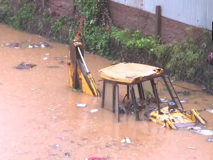 रत्नागिरी में भारी बारिश के बारिश निचले इलाकों में पानी भर गया है।