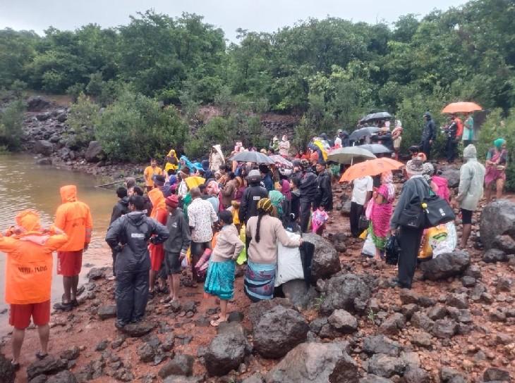 सतारा के पाटन में NDRF की टीम ने 261 लोगों को सही सलामत रेस्क्यू किया है। ये सभी एक बाढ़ग्रस्त गांव में फंसे थे।