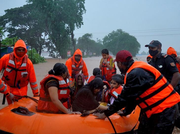 बाढ़ का सबसे ज्यादा असर महाराष्ट्र के कोल्हापुर में देखने को मिल रहा है। यहां सैंकड़ों गांव पानी में डूबे हुए हैं।