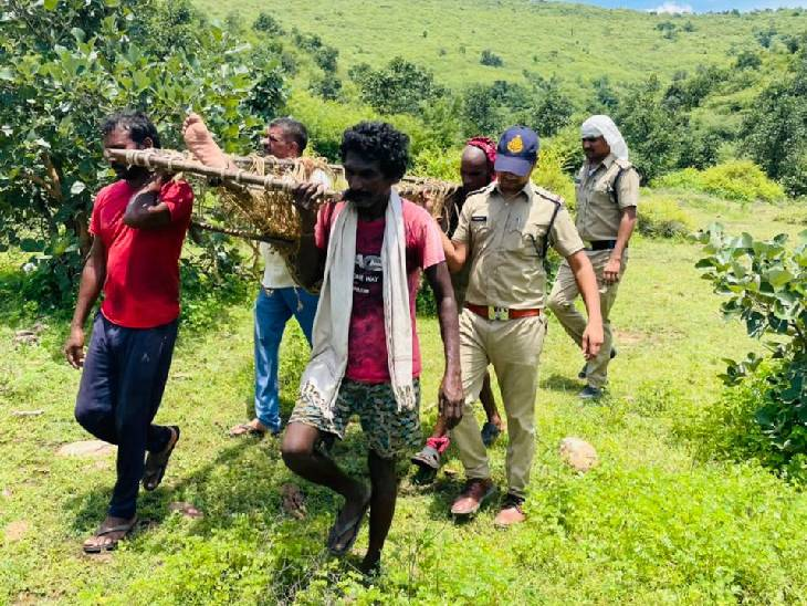 रीवा के भूल-भुलैया जंगल में 3 दिन से 3 KM की गहरी खाई में फंसा युवक, चरवाहों की नजर पड़ी तो चारपाई से लाई पुलिस|रीवा,Rewa - Dainik Bhaskar