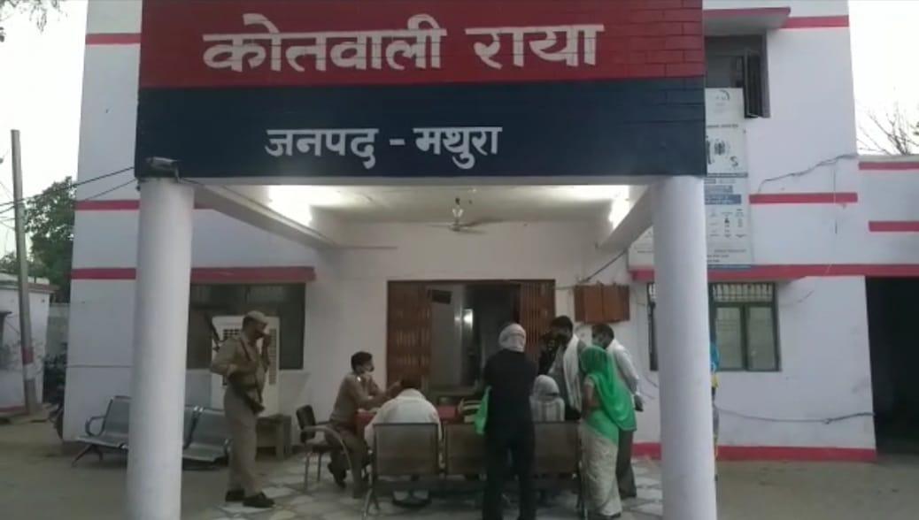 मथुरा में चोरों ने बैंक के अंदर तक किया व्यक्ति का पीछा, जैसे ही रुपए निकालकर बाइक के बैग में रखे; पार कर दिया कैश|मथुरा,Mathura - Dainik Bhaskar