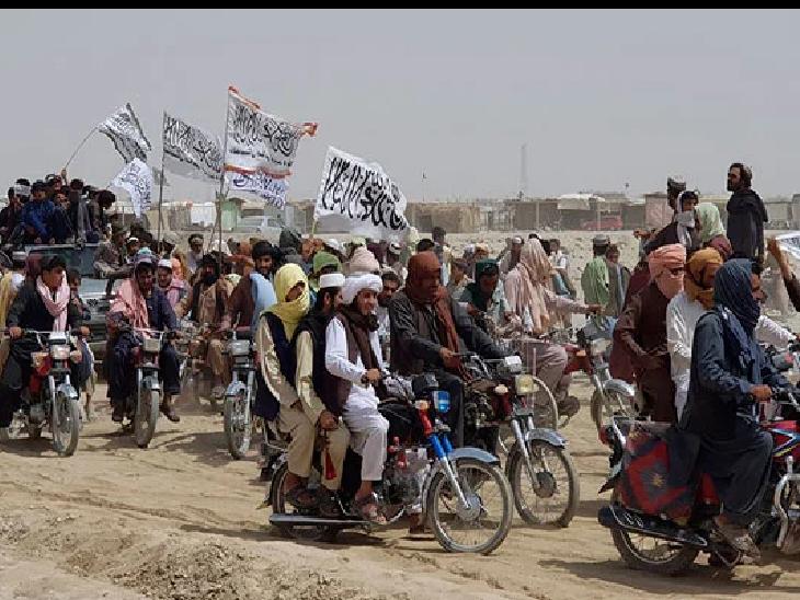 स्पिन बोल्डक इलाके में तालिबान के लड़ाकों को मोटरबाइक पर बैठकर बाजार से गुजरते हुए देखा गया है। -फाइल फोटो - Dainik Bhaskar