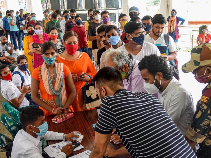 देश में कोरोना के खिलाफ वैक्सीनेशन जारी है। यह तस्वीर पटना के SKM हॉल की है। यहां गुरुवार को बड़ी संख्या में लोग वैक्सीन लगवाने आए। - Dainik Bhaskar