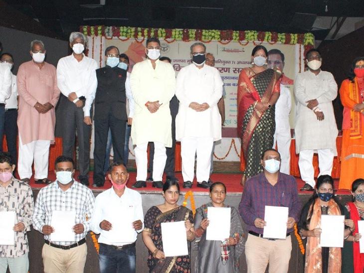 बेसिक शिक्षा विभाग में चयनित शिक्षकों को मंत्री - विधायक ने बांटे नियुक्ति पत्र, पंचायत सभाागार में मौजूद रहे अफसर|मुरादाबाद,Moradabad - Dainik Bhaskar
