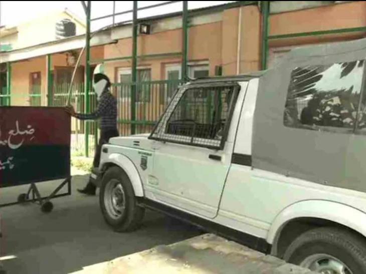 छापेमारी के दौरान IAS अधिकारी के घर दाखिल होती CBI की टीम।