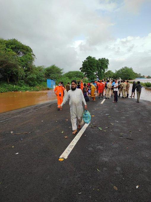 कोल्हापुर में बाढ़ के पानी में सड़कें डूब गई हैं। इससे कई गांवों का संपर्क टूट गया है।