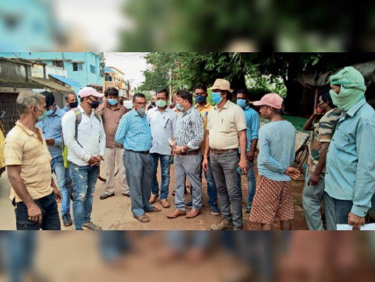 चाकुलिया में सर्वे करते बीडीओ, रेलवे अधिकारी और विभाग को भेजी गई ड्रॉइंग। - Dainik Bhaskar