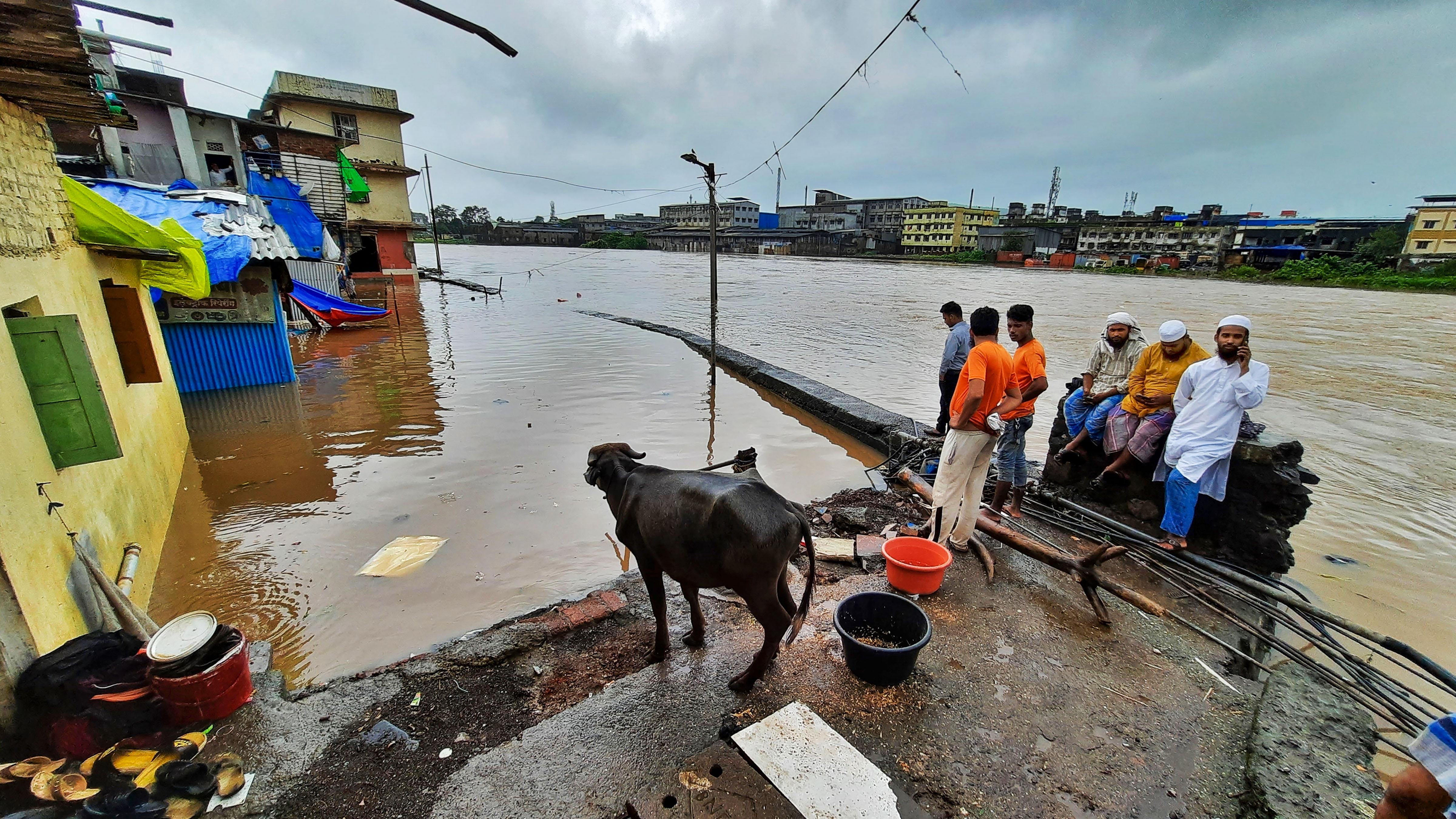 थाने के नदीनाका इलाके में बारिश के कारण लोग घरों में कैद हो गए।
