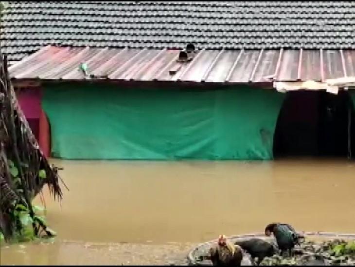 कर्नाटक के उत्तर कन्नड़ जिले के अंकोला तहसील में बाढ़ के पानी में घर कमर तक डूब गए।