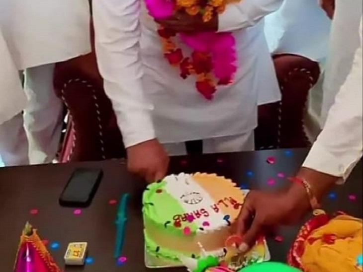 MLA रामकेश मीणा के जन्मदिन पर काटा गया तिरंंगा केक।
