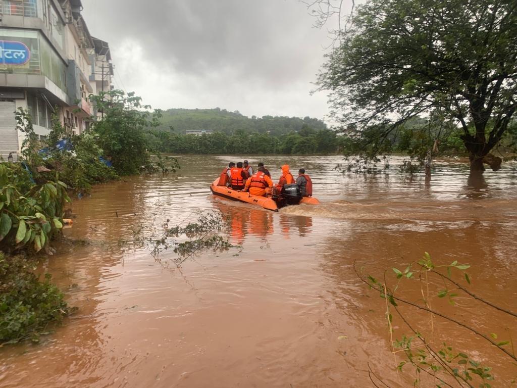 चिपलून शहर बाढ़ से सबसे ज्यादा प्रभावित है। फोटो में नाव के जरिए लोगों को रेस्क्यू करती NDRF की टीम।