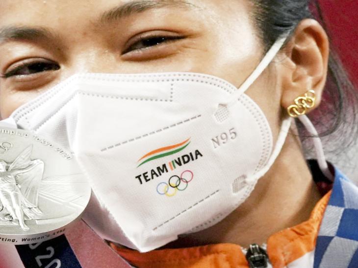 मीराबाई फाइनल में ओलिंपिक के छल्लों के आकार की बालियां पहनकर रिंग में उतरी थीं।