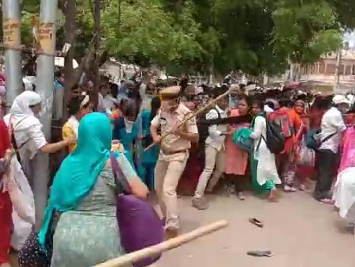 आसाराम के समर्थकों को खदेड़ने के लिए पुलिस को लाठियां फटकारनी पड़ीं।