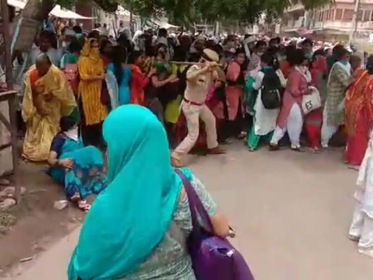 आसाराम समर्थकों के बेकाबू होने के कारण मची भगदड़ के दौरान नीचे गिरी एक महिला।