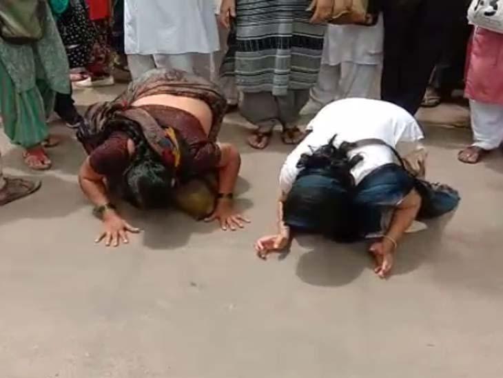 आसाराम का वाहन गुजरने के बाद कुछ महिलाएं सड़क पर माथा टेकने लगीं।