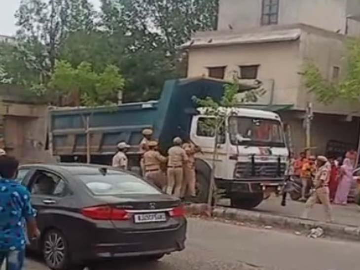 एक बार फिर पुलिस के जवानों पर डंपर चढ़ाने का प्रयास, गाड़ी को टक्कर मार बजरी खाली कर भाग निकला ड्राइवर|जोधपुर,Jodhpur - Dainik Bhaskar