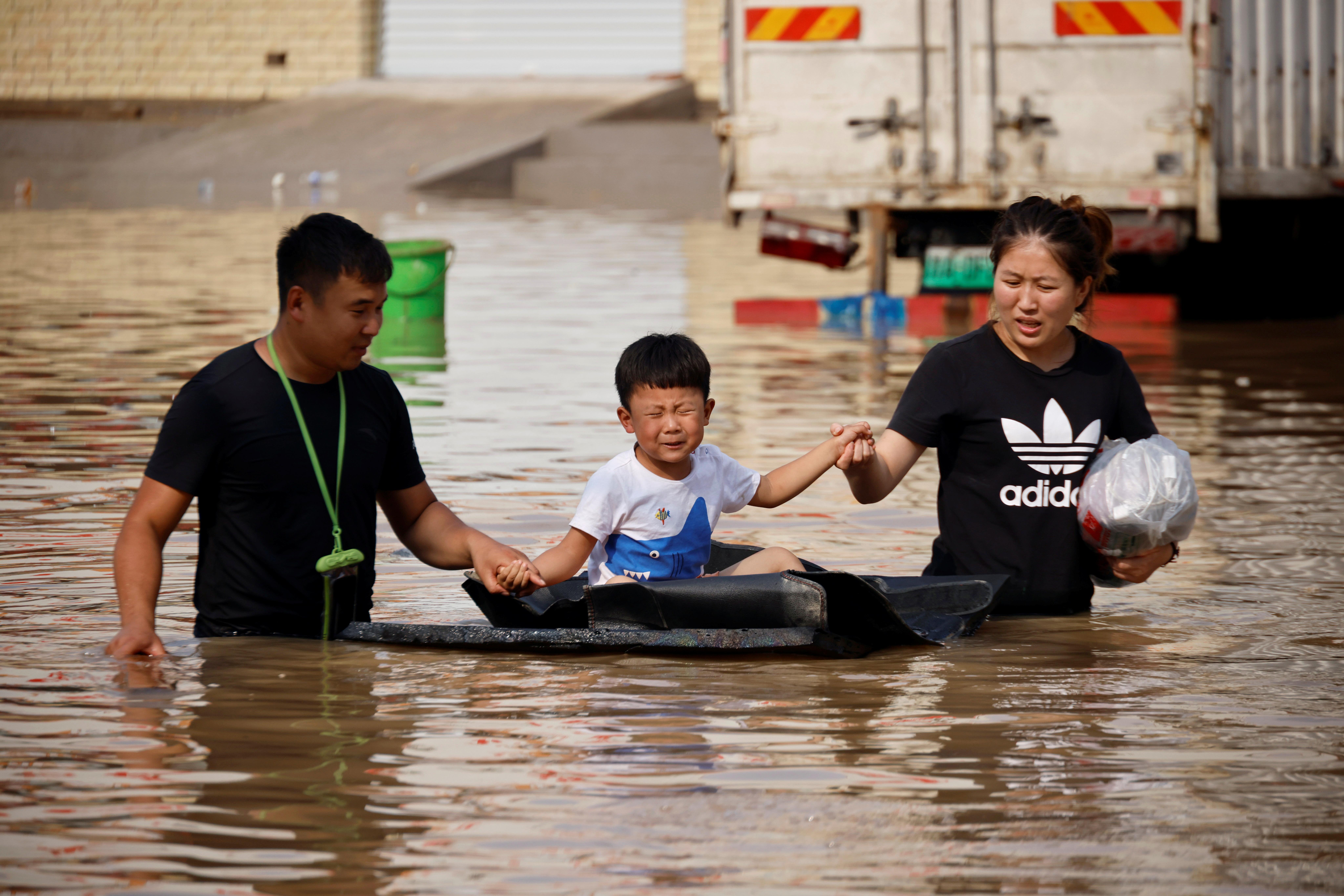 हेनान प्रांत भारी बारिश के बाद बाढ़ में डूबा हुआ है।