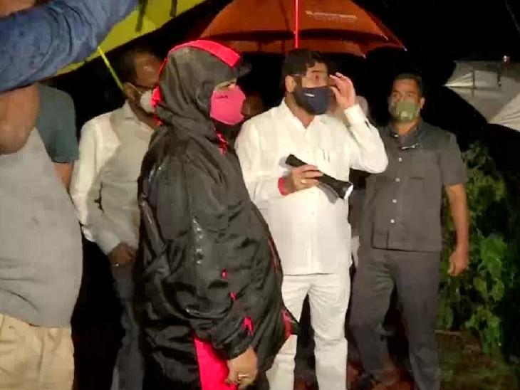 शहरी विकास और PWD मंत्री एकनाथ शिंदे रायगढ़ में हादसे वाली जगह पर पहुंचे। उन्होंने कहा कि 80-85 लोग लापता हैं। माना जा रहा है कि मृतकों का आंकड़ा बढ़ सकता है।