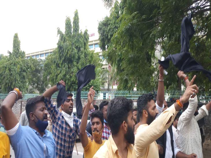 डोटासरा के दूसरे गेट से निकलने के बाद काले झंडे दिखाते एबीवीपी कार्यकर्ता