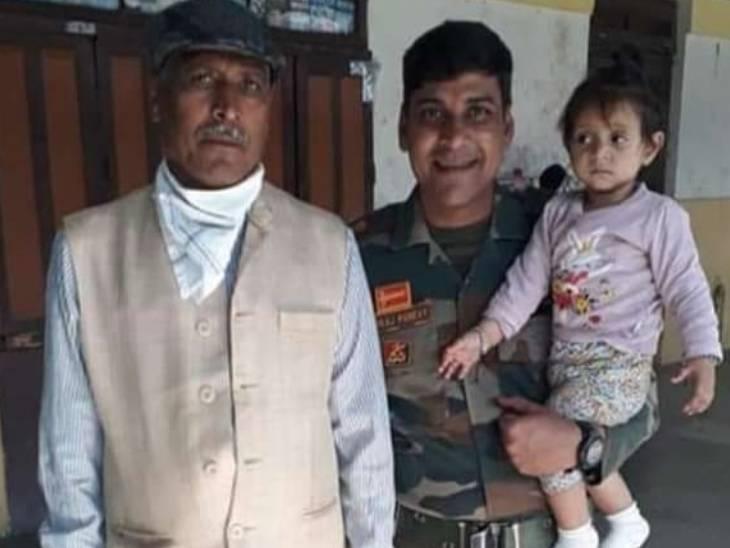 छुट्टी पर आए मेजर पंकज पांडेय अपनी बेटी व पिता के साथ।