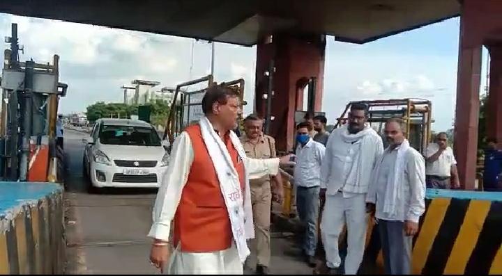 वाहनों की लंबी कतार और एम्बुलेंस फंसी होने की वजह से विधायक का पारा हुआ गर्म, टोल प्रबंधन ने कहा- विधायक की गाड़ी लाइन में खड़ी थी इसलिए गुस्साए|मथुरा,Mathura - Dainik Bhaskar