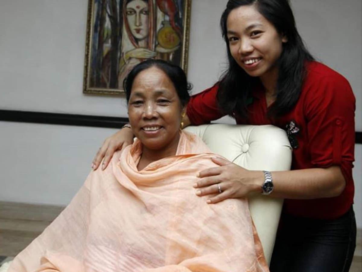 मां के साथ वेटलिफ्टर मीराबाई चानू।