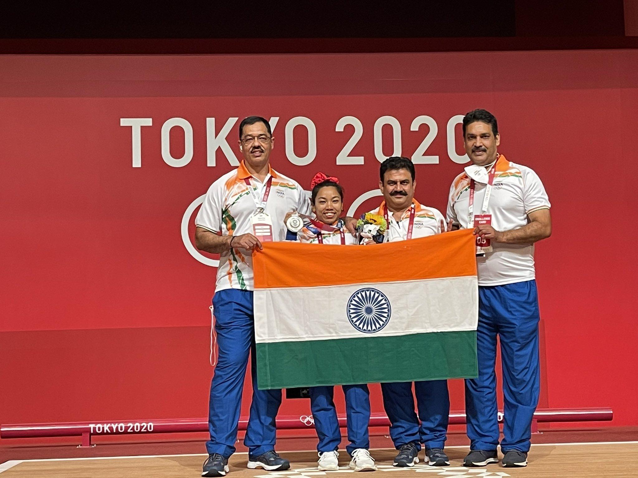 मीरा ने कहा- मैं इस जीत के लिए अपने कोच विजय शर्मा (बाएं) सर को भी थैंक यू कहना चाहती हूं। उन्होंने मुझसे लगातार मेहनत करवाई। उनके गाइडेंस में ही मुझे मोटिवेशन मिला और ट्रेनिंग की।