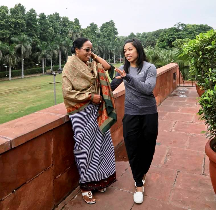 मां तोम्बी लीमा के साथ मीराबाई चानू। मीरा ने अपनी जीत का श्रेय मां को ही दिया है।