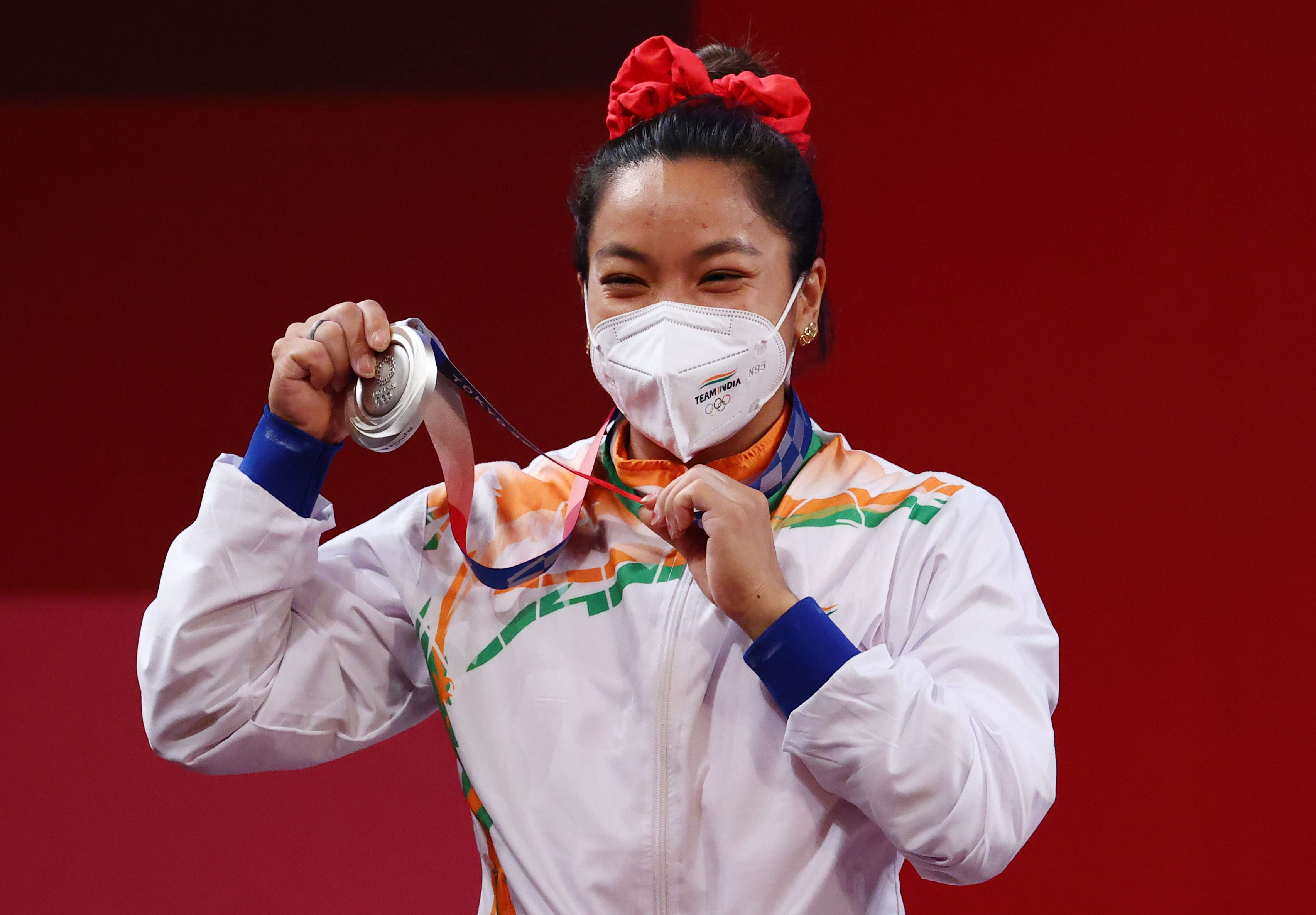 सिल्वर मेडल के साथ मीराबाई चानू। चीन की होउ जिहूई ने 210 किलोग्राम वजन उठाकर गोल्ड मेडल जीता। वहीं, इंडोनेशिया की कैंटिका विंडी ने ब्रॉन्ज जीता।