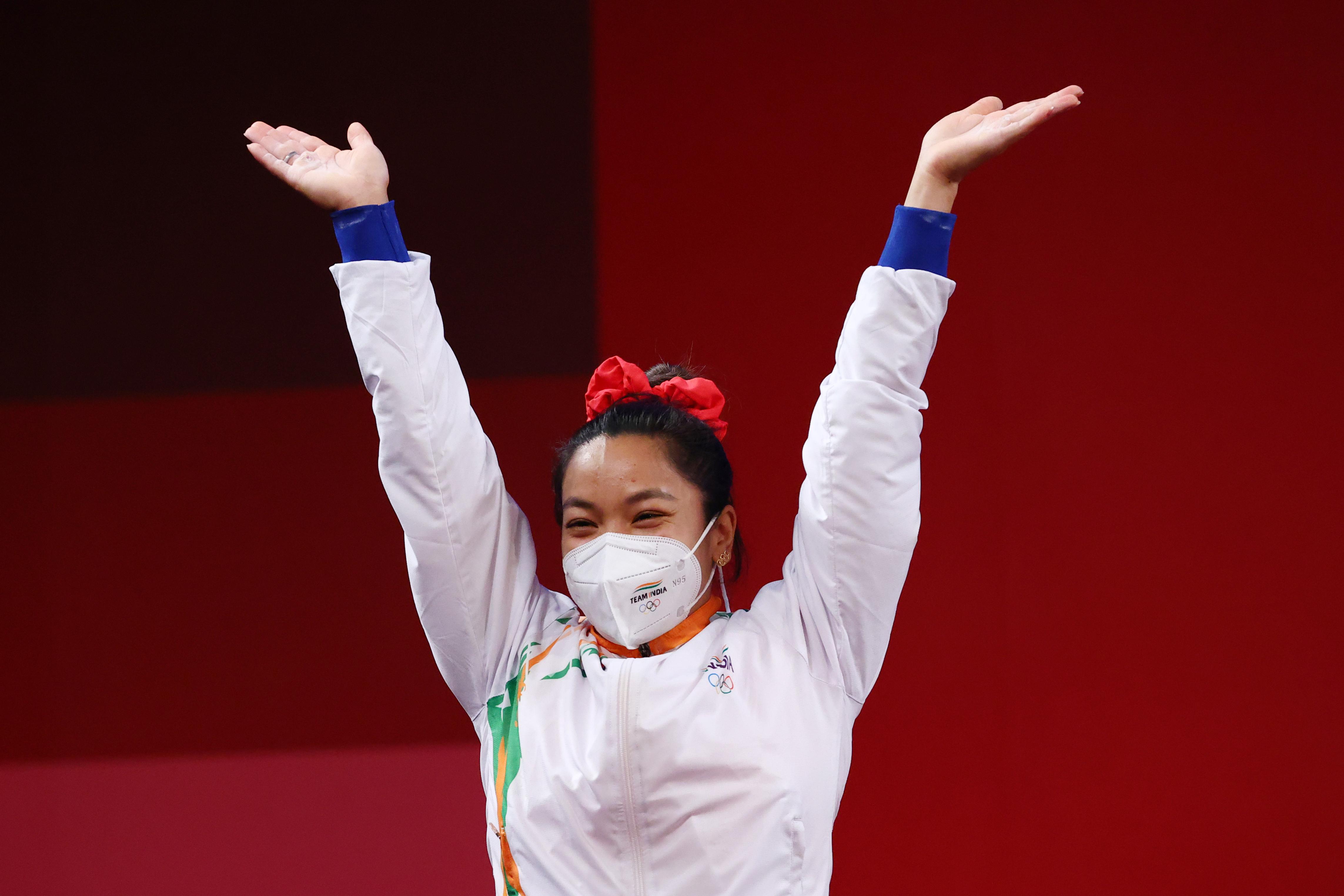 मीराबाई जीत के बाद काफी खुश नजर आईं। उन्होंने इस दौरान डांस भी किया।