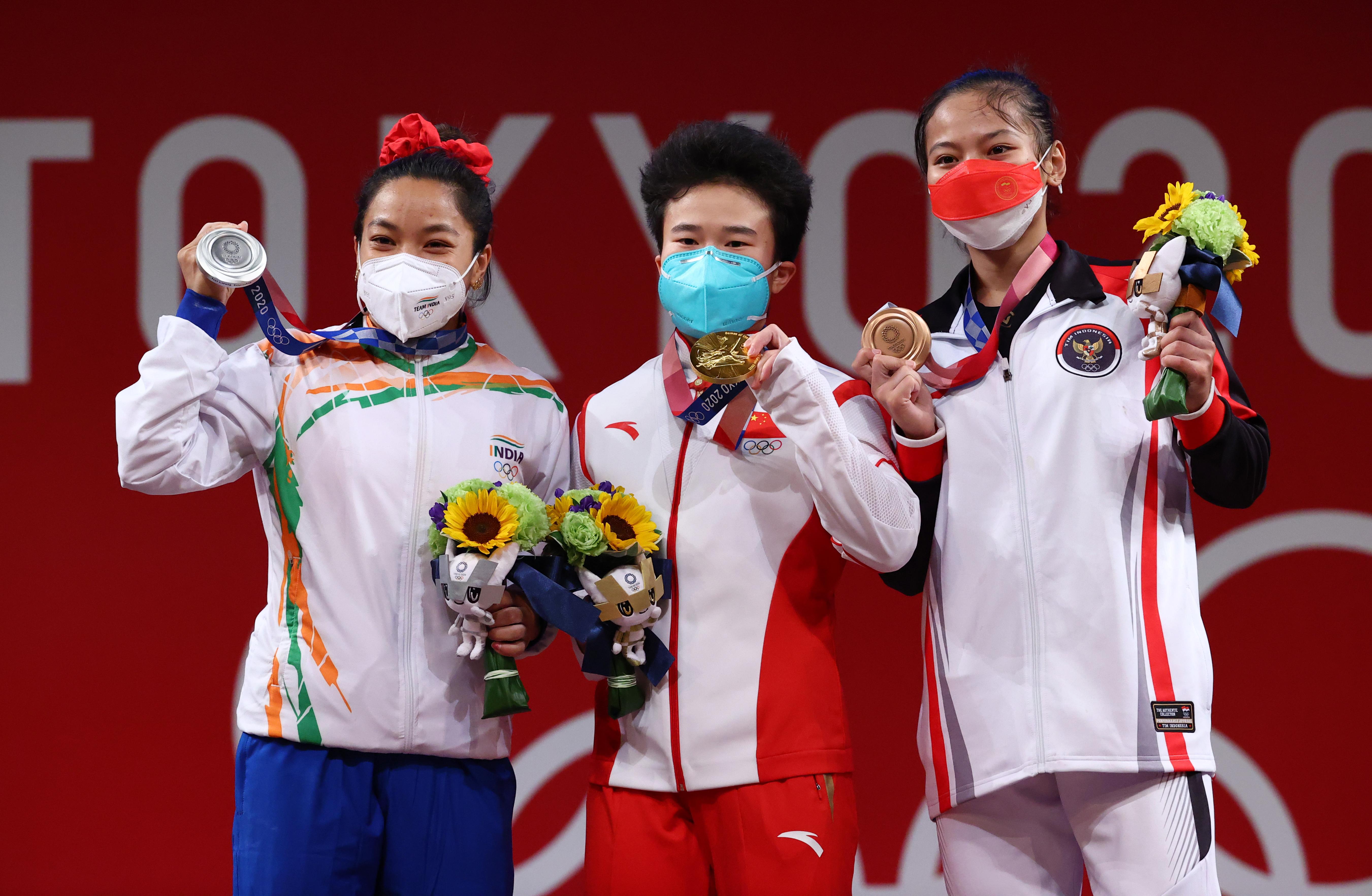 सिल्वर मेडल के साथ मीराबाई (बाएं से), चीन की होउ जिहूई गोल्ड और कैंटिका विंडी ब्रॉन्ज मेडल के साथ।