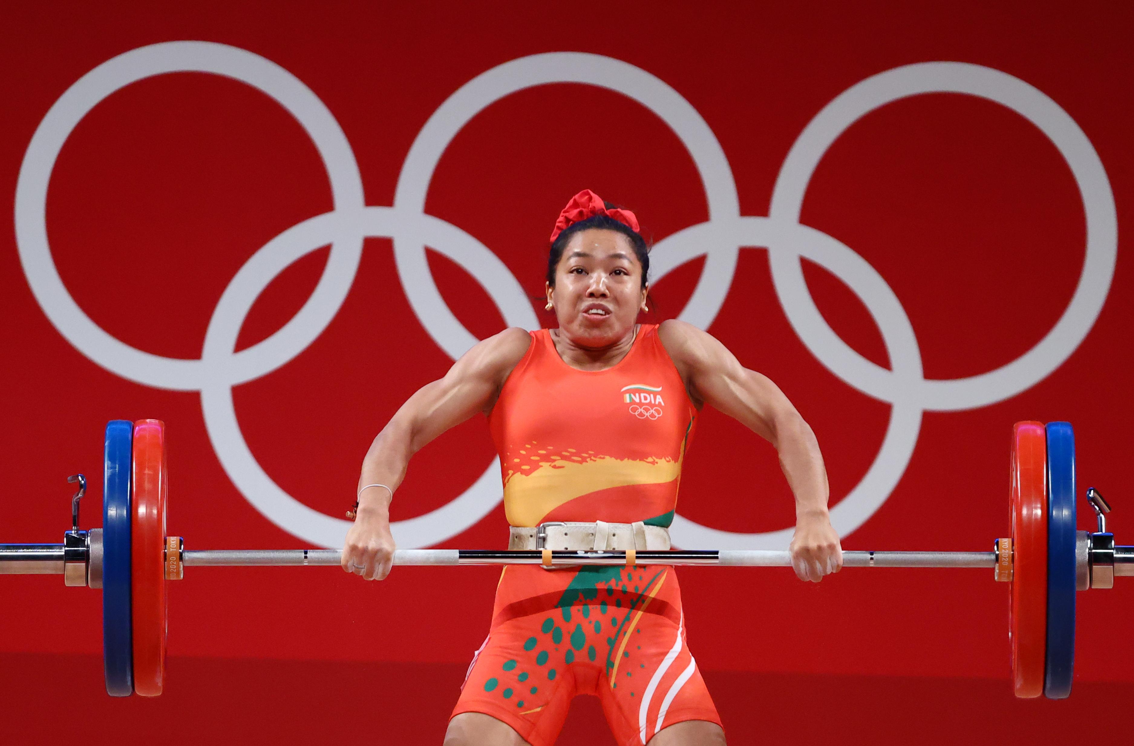 फाइनल इवेंट के दौरान मीराबाई चानू। महिलाओं की 49 किलोग्राम वेट कैटेगरी में कुल 202 किलोग्राम वजन उठाया।