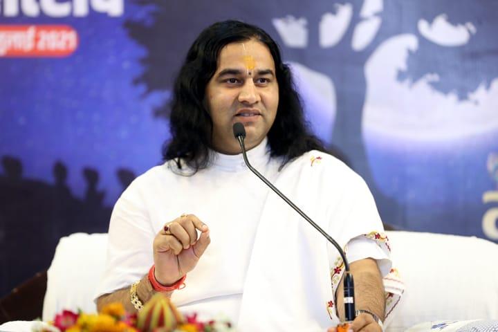 अलग-अलग जगहों से ऑनलाइन जुड़कर भक्तों ने गुरुपूर्णिमा पर अपने गुरु की आराधना की। - Dainik Bhaskar