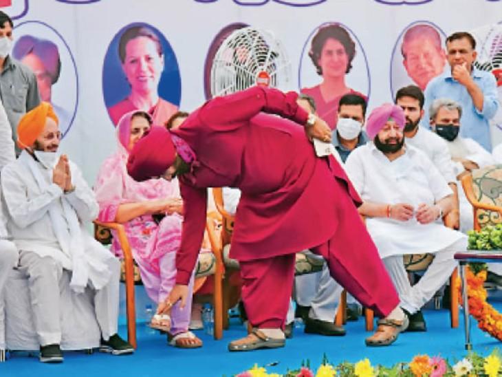 ये क्या गुरू... मंच पर मुख्यमंत्री को छोड़ सबका अभिवादन किया - Dainik Bhaskar