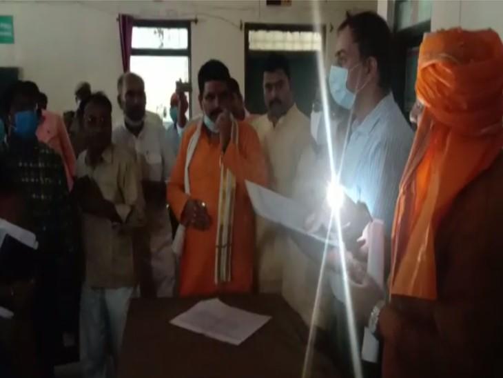 मंत्री के सामने चली गई बिजली, जनरेटर का भी तेल खत्म हो गया; अंधेरे में मोबाइल की टॉर्च जलाकर हुई बैठक|जौनपुर,Jaunpur - Dainik Bhaskar