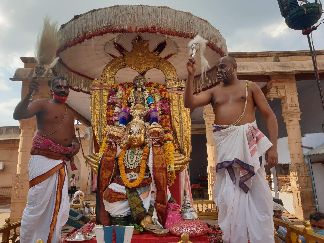 मथुरा में कई साल से चली आ रही परंपरा का हुआ निर्वहन, कोरोना नियमों के तहत भक्तों ने किए दर्शन|मथुरा,Mathura - Dainik Bhaskar
